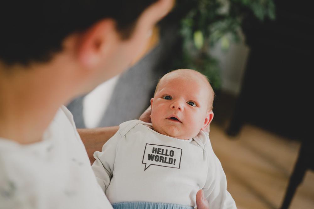 baby schaut papa mit großen augen an