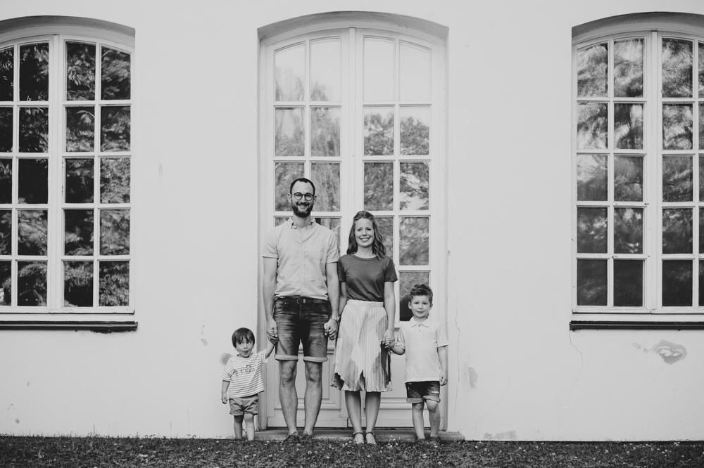 familienbild+hand in hand + glückliche familie