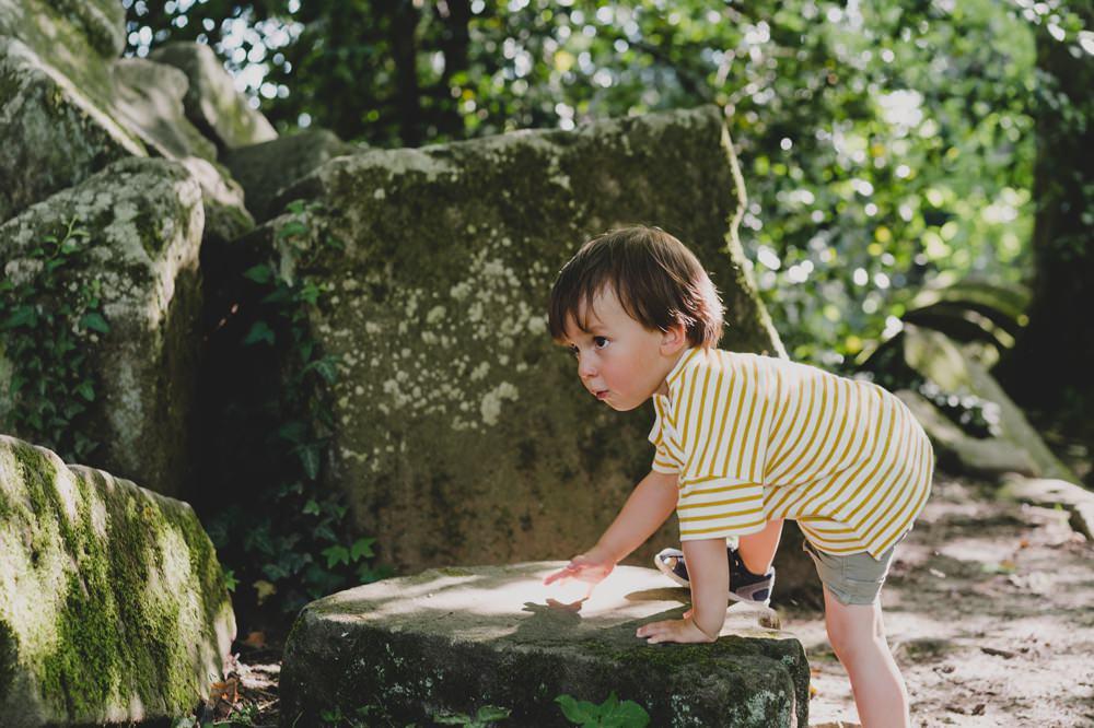 kleiner junge+klettern+steine