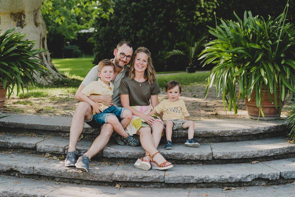 familie die auf Treppe sitzt und lacht
